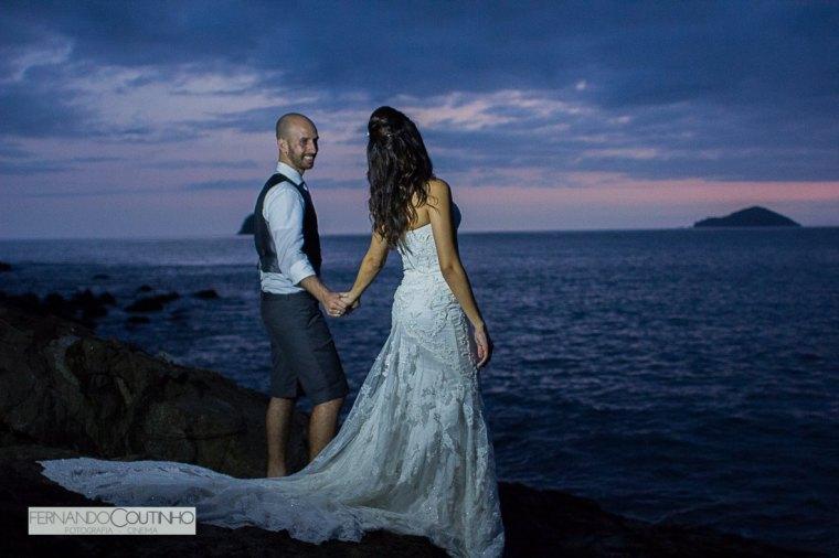 fotografo-de-casamento-que-faz-fotografias-de-casamento-no-litoral-casamento-pe-na-areia-casamento-na-praia-casamento-em-sao-sebastiao-casamento-praia-de-toc-toc-pequeno-casamento-no-barracudas-beach-bar